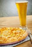 Pizza und Bier Lizenzfreie Stockfotografie