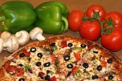Pizza und frische Bestandteile Lizenzfreies Stockfoto