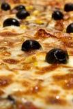 Pizza und Oliven lizenzfreies stockbild