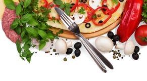 Pizza und Tischbesteck auf Weiß Stockbilder
