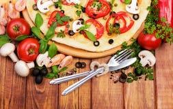 Pizza und Tischbesteck, Herz auf weißem Hintergrund Stockbilder