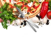 Pizza und Tischbesteck lokalisiert auf Weiß Stockbilder