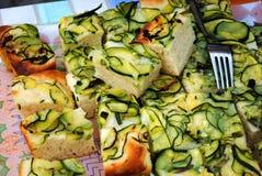 Pizza und Zucchini stockfoto