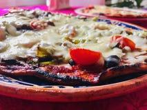 Pizza végétarienne avec la tomate et le fromage photographie stock libre de droits