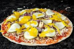 Pizza végétarienne prête à être fait cuire au four Photos libres de droits
