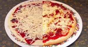 Pizza vóór het bakken en daarna royalty-vrije stock fotografie