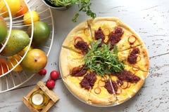 Pizza van de oven Italiaanse pizza met groenten stock afbeeldingen
