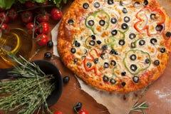 Pizza vegetal en la tabla Imagenes de archivo