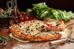 A pizza vegetal levantou 1 fatia Imagens de Stock Royalty Free