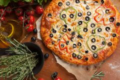 Pizza vegetal na tabela Imagens de Stock