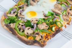 Pizza vegetariana al forno fresca e calda del flatbread Immagini Stock