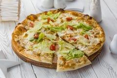 Pizza vegetariana con i pomodori, il formaggio e l'insalata immagine stock