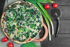 Pizza vegetariana con spinaci Immagine Stock