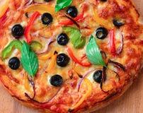 Pizza vegetariana cotta sulla pietra della pizza fotografie stock libere da diritti