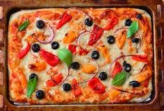 Pizza vegetariana di recente al forno in vassoio bollente fotografie stock