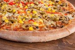 Pizza vegetariana en el fondo de madera rústico, alimentos de preparación rápida Fotografía de archivo libre de regalías