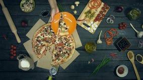 Pizza vegetariana en fondo negro ecológico almacen de video