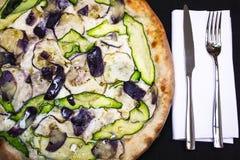 Pizza vegetariana italiana con el calabacín y las berenjenas Fotografía de archivo libre de regalías