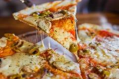 Pizza vegetariana su un fondo scuro fotografia stock libera da diritti