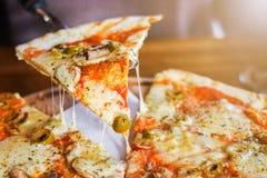 Pizza vegetariana su un fondo scuro immagini stock