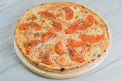 Pizza vegeterian caliente con el tomate, el queso y el orégano imagen de archivo libre de regalías