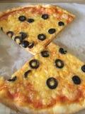 Pizza verde oliva Imagen de archivo libre de regalías