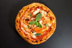 Pizza vier chees de mening vanaf de bovenkant royalty-vrije stock fotografie