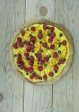 Pizza von den Früchten und von den Beeren Stockfotografie