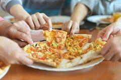 Pizza von der Platte Stockfotografie