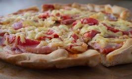 Pizza voor het gedeelte wordt gesneden dat Royalty-vrije Stock Foto's