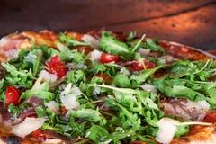 Pizza w łupka piekarniku z płomieniem behind zdjęcia stock