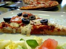 Pizza wird gedient Lizenzfreie Stockfotografie