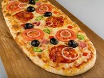 Pizza wodden an Plattform Stockfotografie