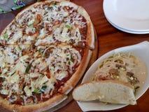 pizza y carbonara imagen de archivo libre de regalías