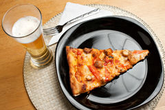 Pizza y cerveza Imagen de archivo libre de regalías