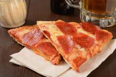 Pizza y cerveza Imagenes de archivo