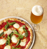Pizza y cerveza italianas imagen de archivo