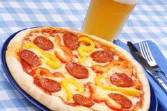 Pizza y cerveza picantes calientes Fotos de archivo
