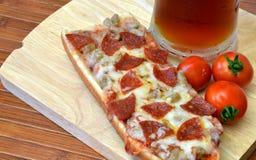 Pizza y comida del Microbrew Fotos de archivo