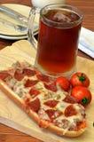 Pizza y comida del Microbrew Foto de archivo libre de regalías