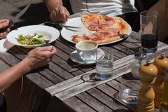 pizza y ensalada del almuerzo de Italia Imagen de archivo libre de regalías