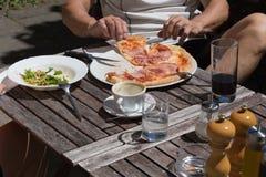 pizza y ensalada del almuerzo de Italia Foto de archivo