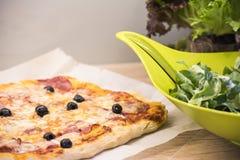 Pizza y ensalada hechas en casa Fotografía de archivo