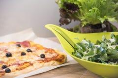 Pizza y ensalada hechas en casa Imagen de archivo libre de regalías