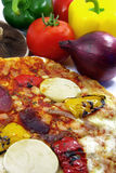 Pizza y primer 2 de los ingredientes Fotografía de archivo