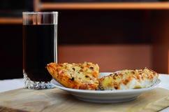 Pizza y taza calientes de cola Imagenes de archivo
