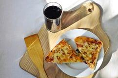 Pizza y taza calientes de cola Imágenes de archivo libres de regalías