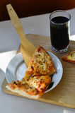 Pizza y taza calientes de cola Foto de archivo