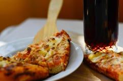 Pizza y taza calientes de cola Fotografía de archivo libre de regalías