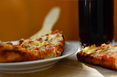 Pizza y taza calientes de cola Imagen de archivo